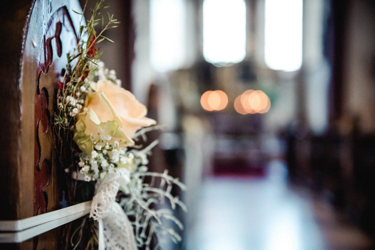 Blumen Rose Kirche Bänke Holz Fenster Dekoration Hochzeit