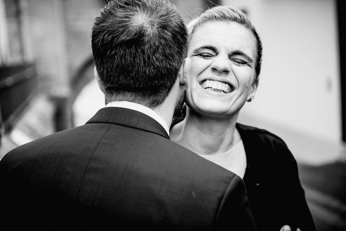 Lachen Mann Frau Freude Glück Gefühle Anzug Kleid Frisur Trauung