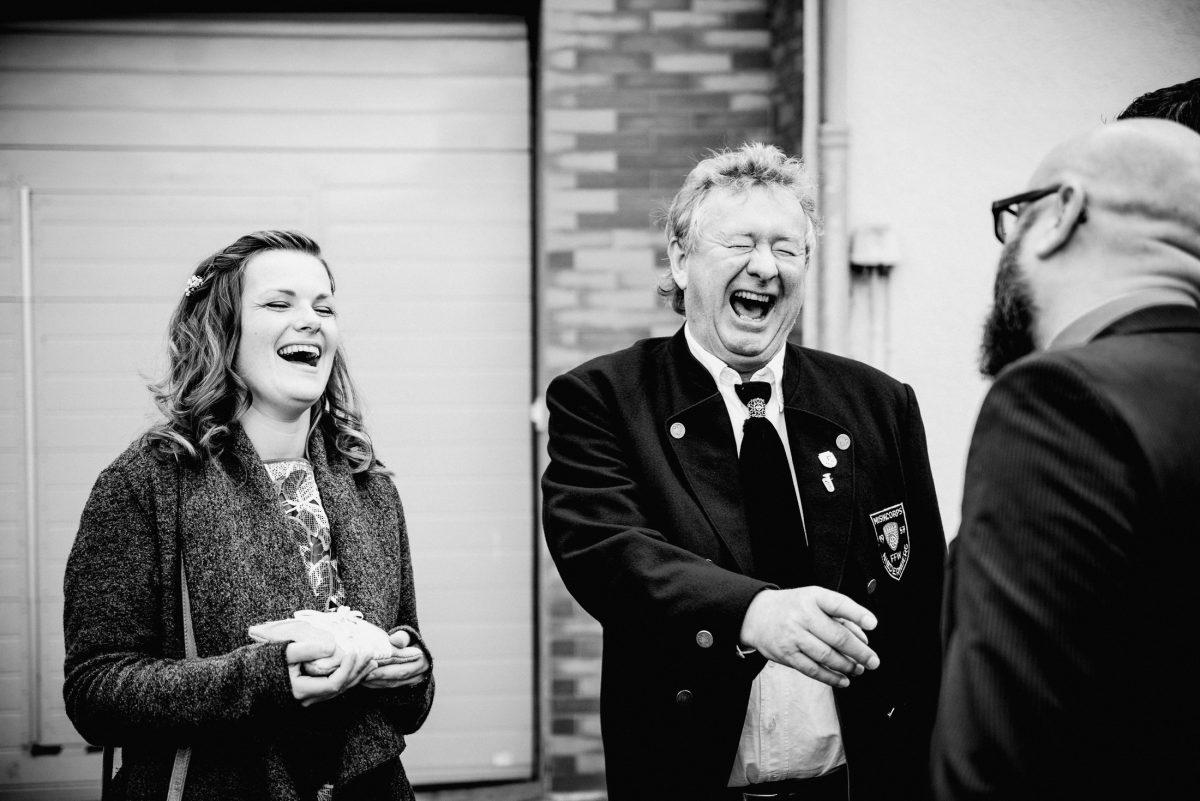 Lachen Spaß Freude Gefühle Emotionen Hochzeit Gäste Stimmung Anzug Feuerwehr