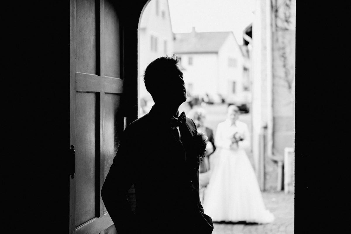 Bräutigam Braut Papa Kirche Eingang Schwarz Weiß Hochzeit Ehe