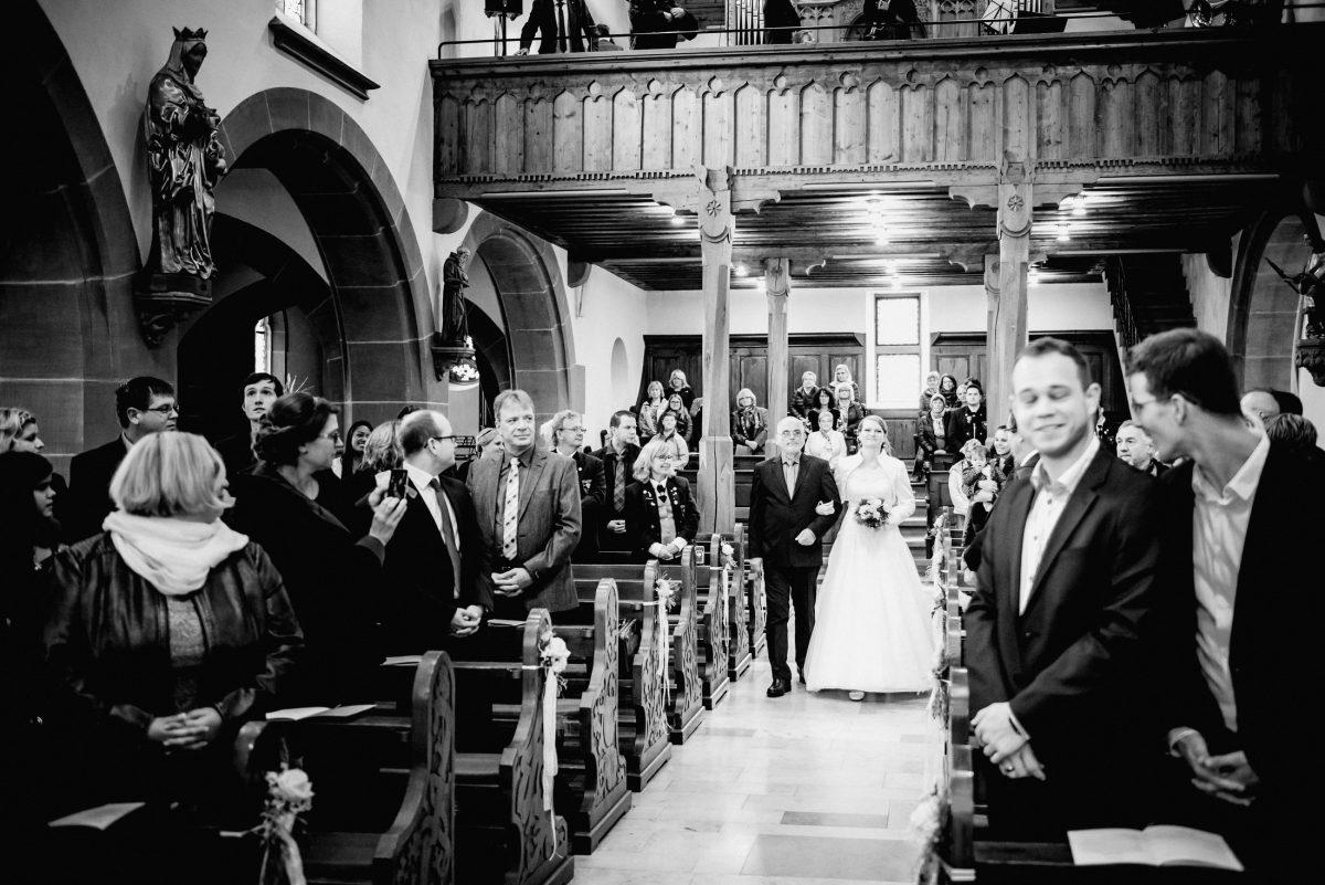 Hochzeit Einzug Papa Braut Kleid Gäste Liebe Trauung Musik Spannung
