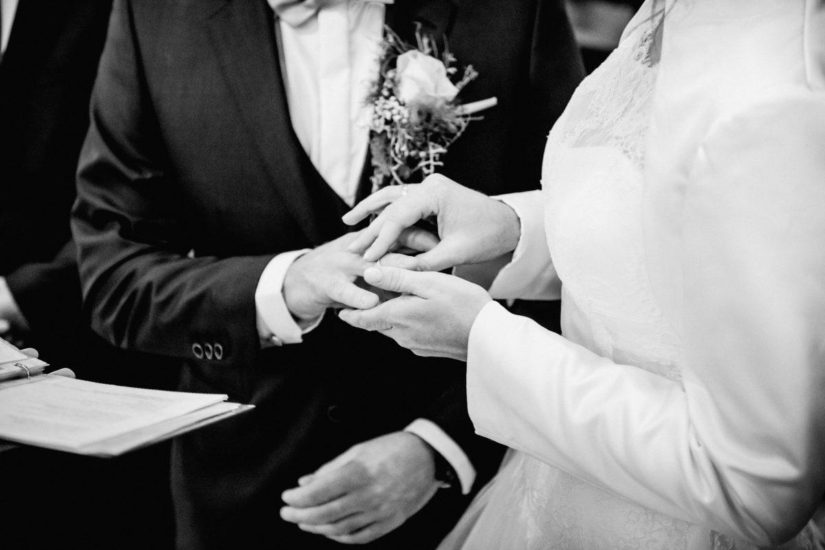 Ringe Anzug Kleid Versprechen Bündnis Ringe Ehe Blumen Rede