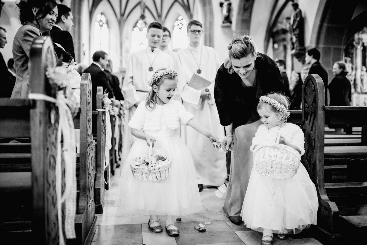 Messdiener Kirche Blumen Mädchen Kinder Spaß schön Tradition Gäste Mama