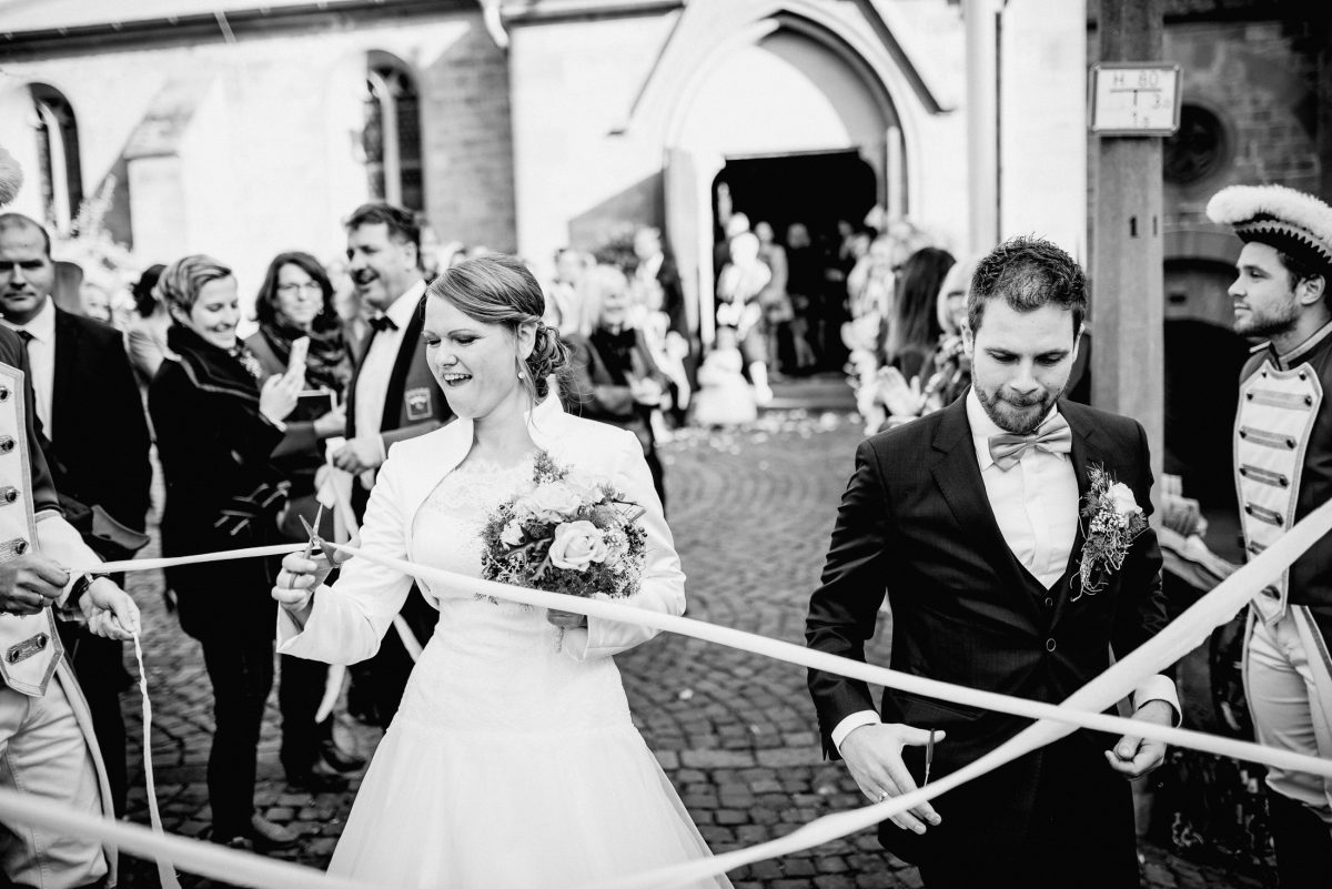 Brauch Schere schneiden Teamwork Hürde Braut Bräutigam Gäste Brautstrauß