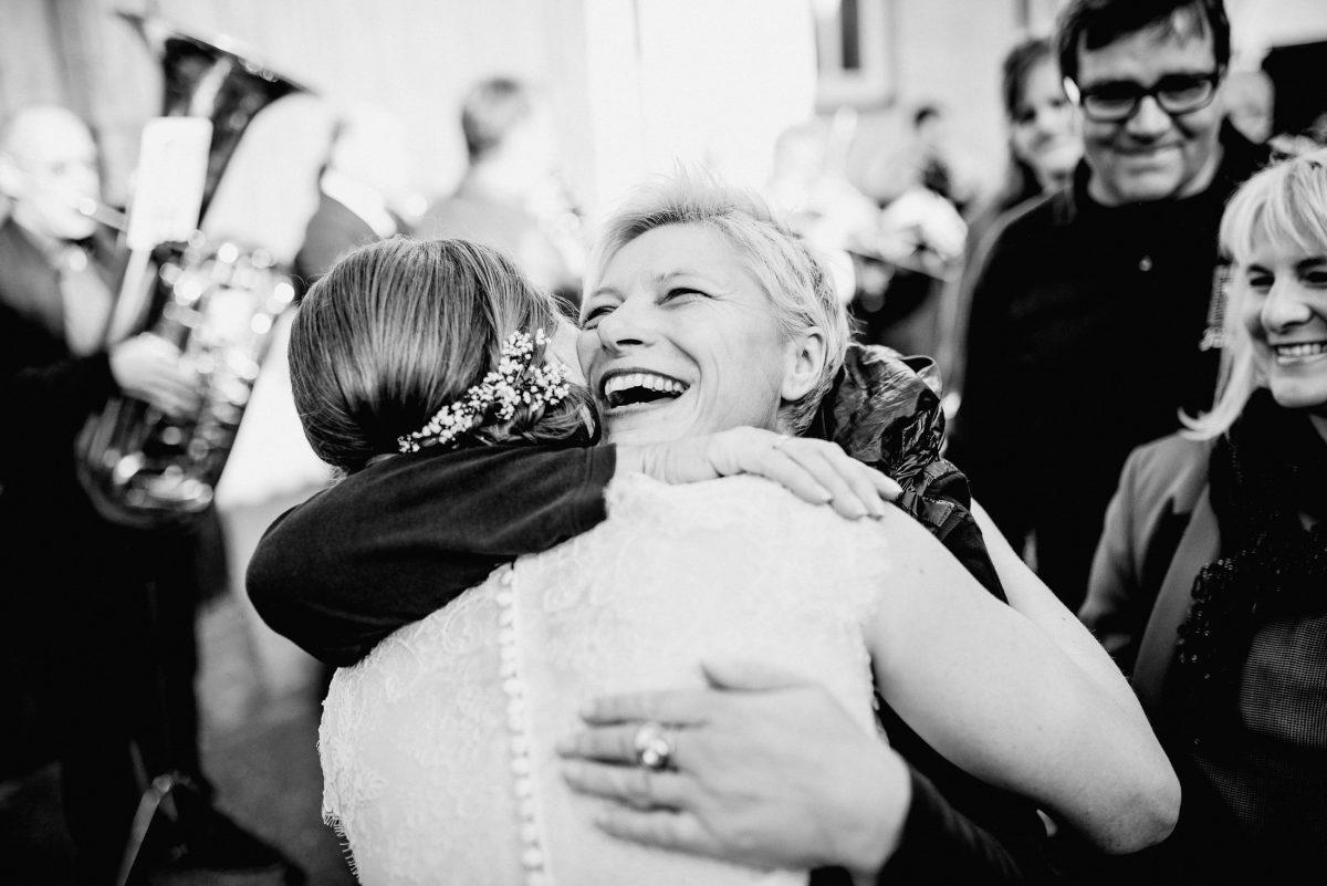 Umarmungen Braut Gäste Liebe Lachen Glückwünsche Schmuck