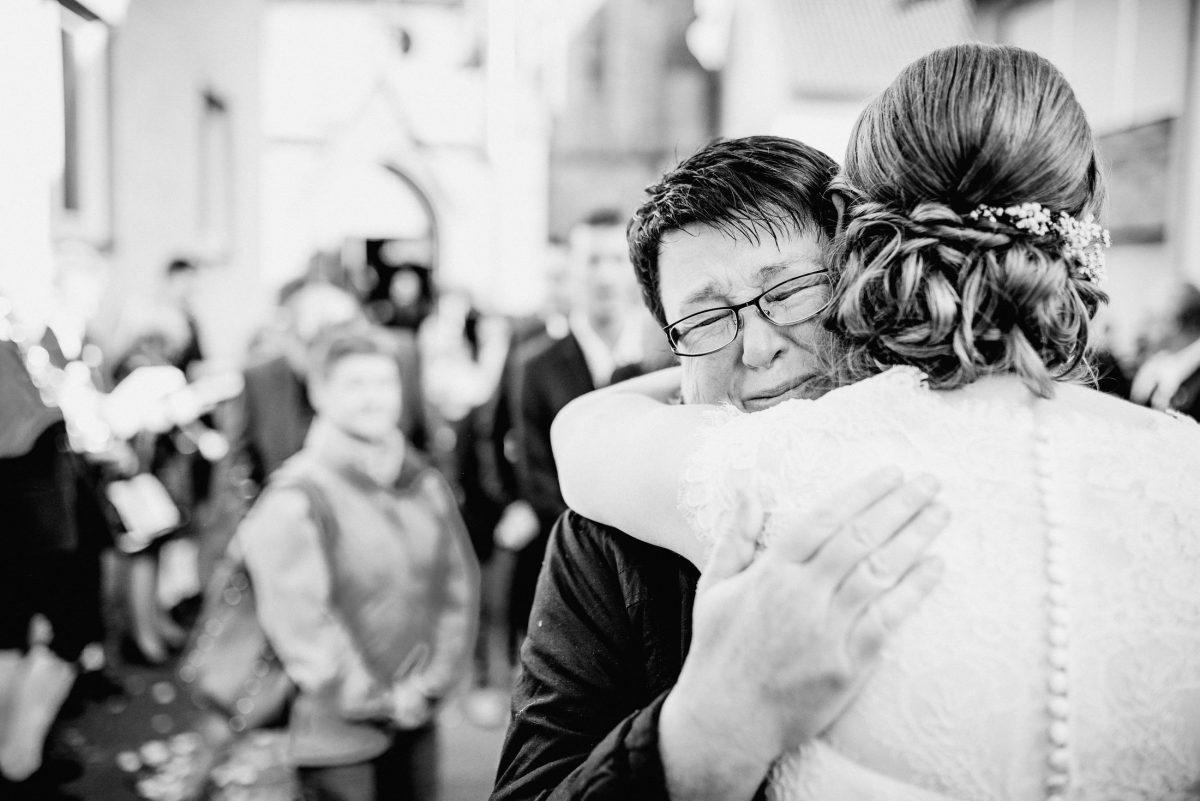 Freudentränen Brille Frauen Alt Jung Braut Gäste emotional Frisur