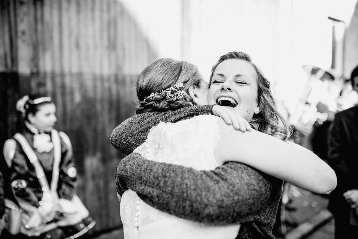 Lachen Liebe Harmonie Braut Freunde Schwester Gast Umarmung