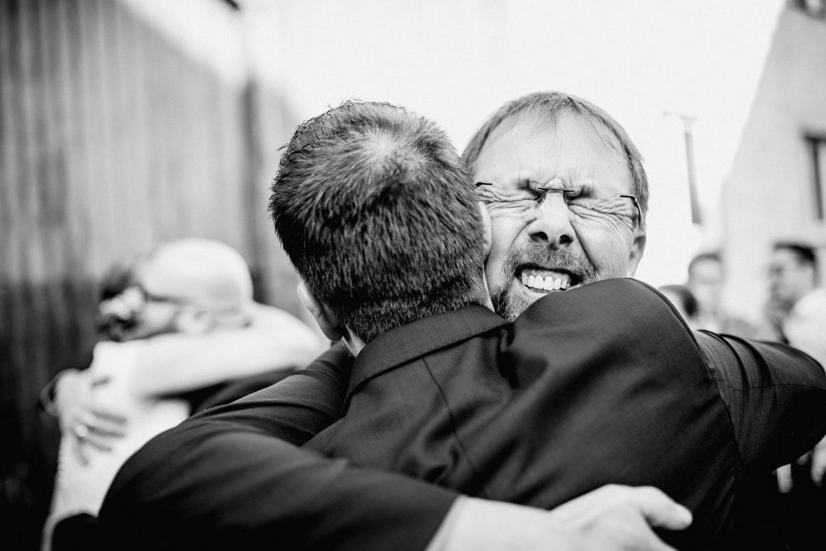 Bräutigam Papa Männer emotional Momente Umarmungen Liebe