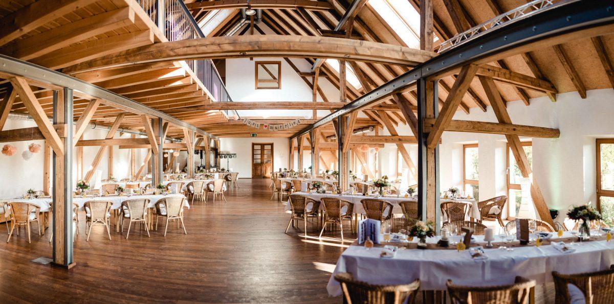 Saal Holz weiß Tische Dekoration Hochzeit hell Feier Essen Gäste