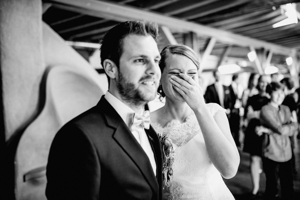 Lachen Moment schwarz weiß Braut Bräutigam Gäste Kinder Freude