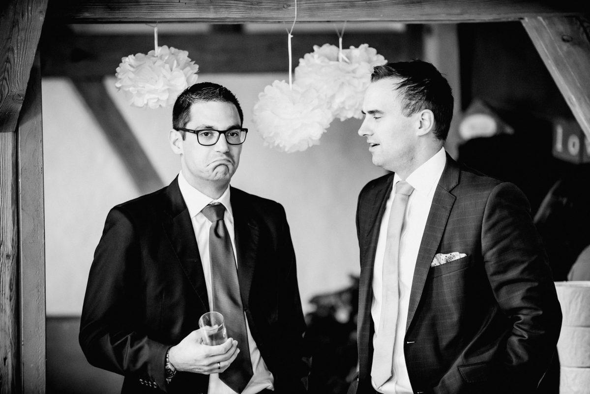 Gäste Männer Mimik Alkohol Sekt Gespräch Brille Anzüge Dekoration