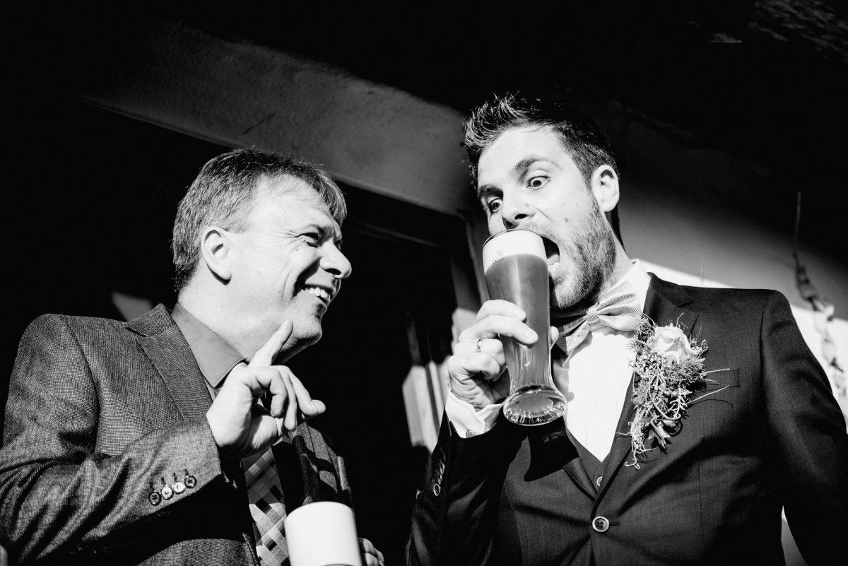 Bier Spaß Freude Männer Durst Hochzeit Lachen Bräutigam Gestik