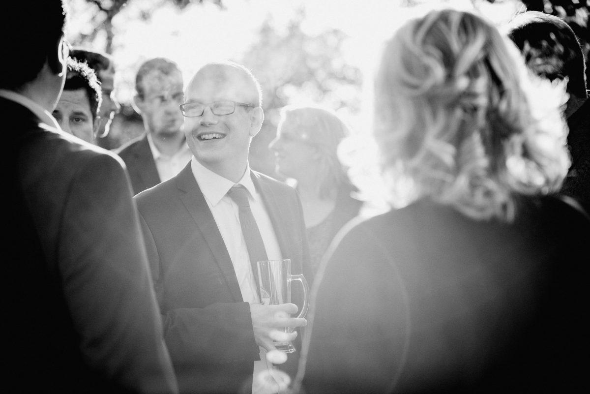 Gäste Männer Frauen Locken Lachen Sekt Alkohol schwarz weiß
