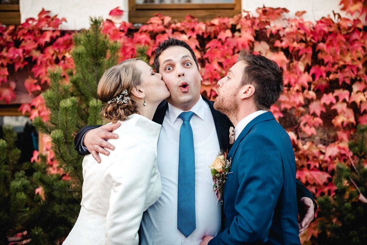 Kuss Braut Männer Bräutigam Gast Spaß Humor Bauch rot Blätter