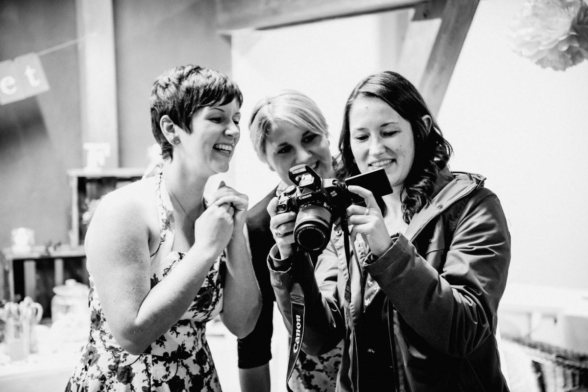 Gästes Frauen Lachen Fotos Videos Kleider Jacke Fotografin hübsch Dekoration