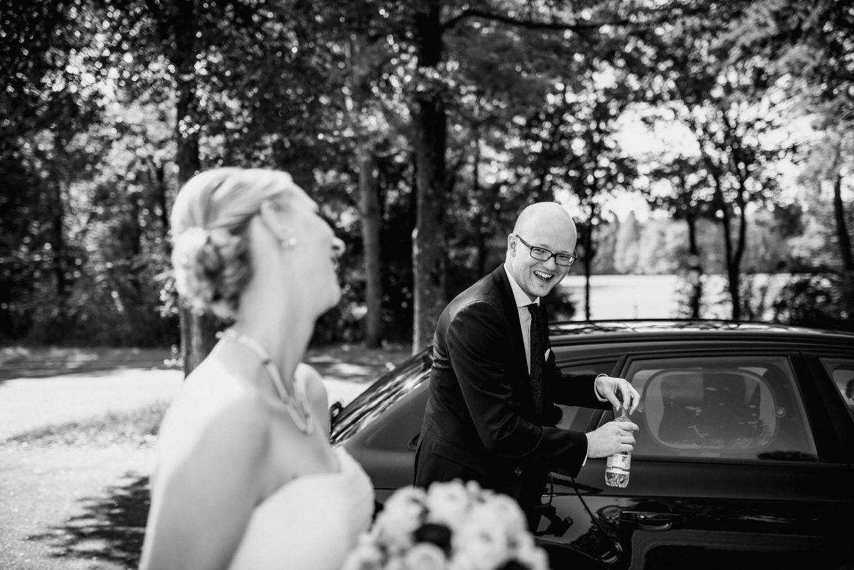 Ehepaar Braut Bräutigam Spaß Auto Park Sommer lachen Witz Wasser Blumen