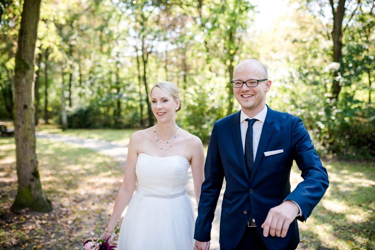 Ehepaar Hochzeit Park Sommer grün Kleid Anzug Liebe Lachen Fotoshooting