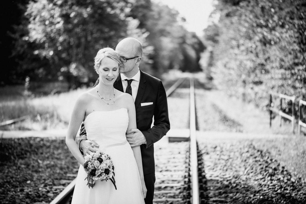 Liebe Hochzeit Gleisen Mann Frau Schmuck Blumenstrauß Zärtlichkeit