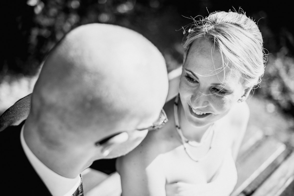 Mann Frau Shooting Lachen Liebe Braut Bräutigam Hochzeit Bank Park