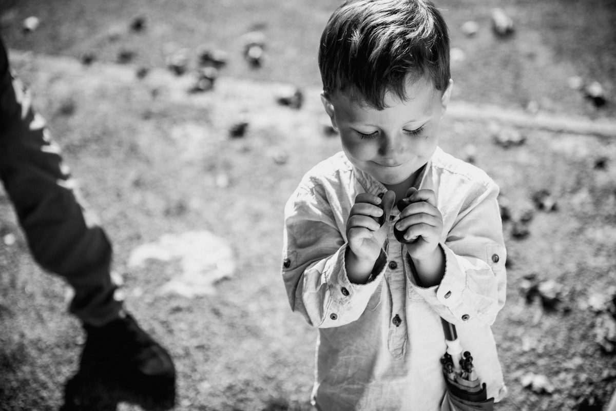 Kind Junge schwarz/weiß Regenschirm grinsen Knopf Hemd Jacke süß