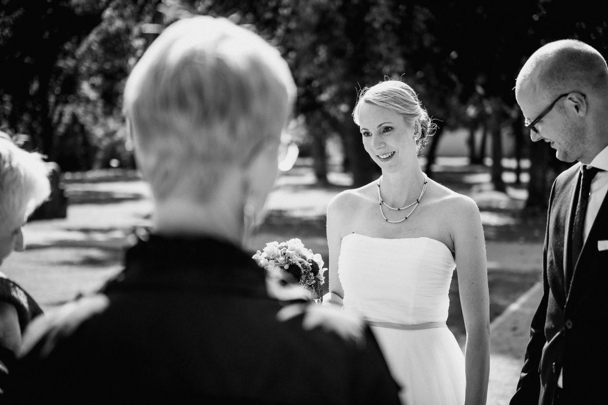 Braut Brautkleid Brautstrauß Bräutigam Brille Gäste Mann Frau Begrüßung