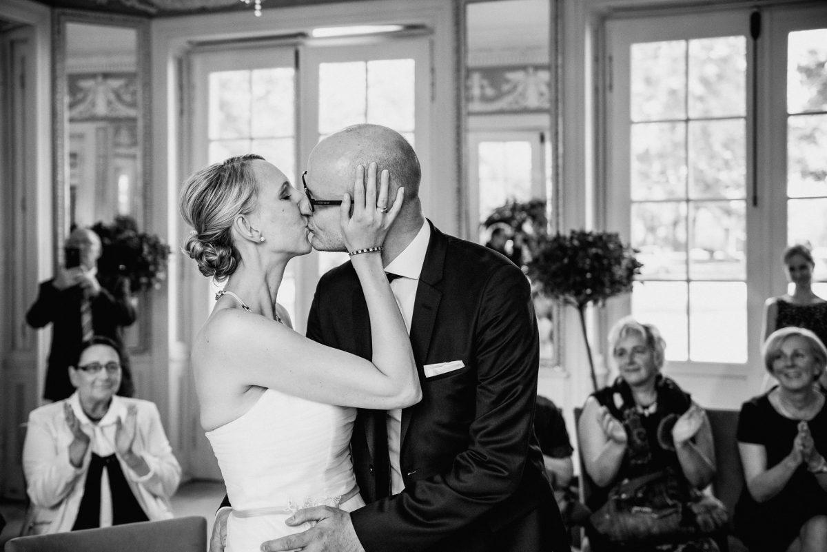 Applaus Gäste Kuss Trauung Ehe Mann&Frau Bindung Hochzeit Standesamt