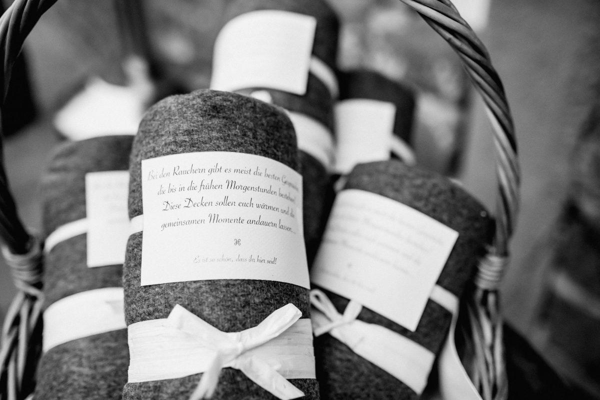 Gastgeschenke Korb Text Liebe Hochzeit Aufmerksamkeit Schleife Decke