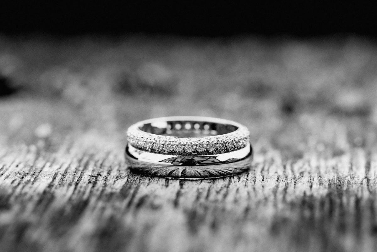 Ring Hochzeit schwarz weiß Steinchen Liebe Mann Frau Holz Fotografie