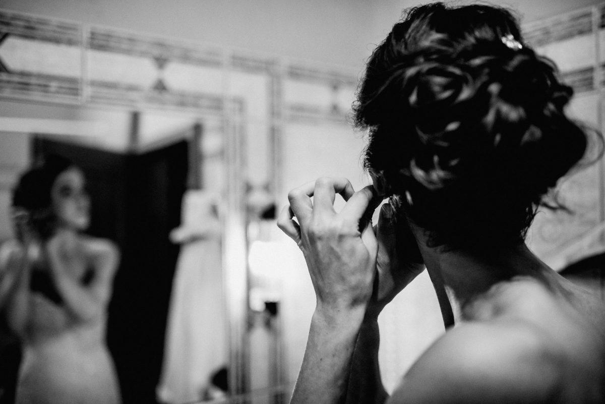 Ohrringen Braut Schmuck Frisur Verschwommen davor Kleid Badezimmer