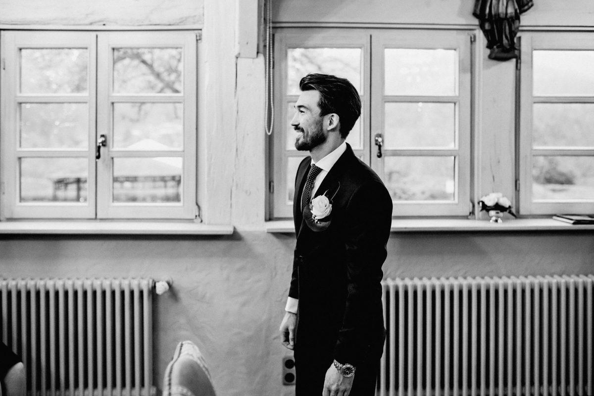 Bräutigam Anzug Blume Fenster Aufregung Freude Lachen Style Uhr