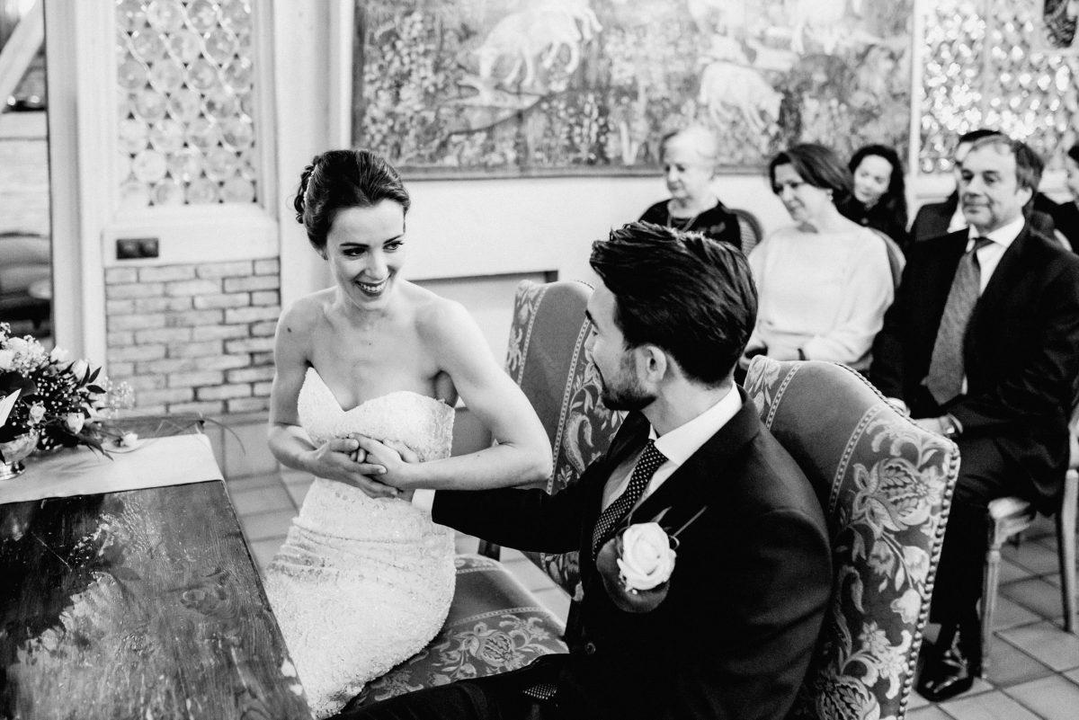 Aufregung Herzrasen  Braut Bräutigam Kleid Anzug Hände Lachen Trauung
