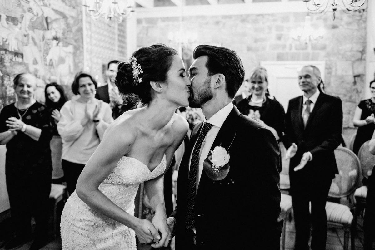 Kuss Liebe Gäste Klatschen schwarz weiß Liebe Blumen Schmuck Hochzeit