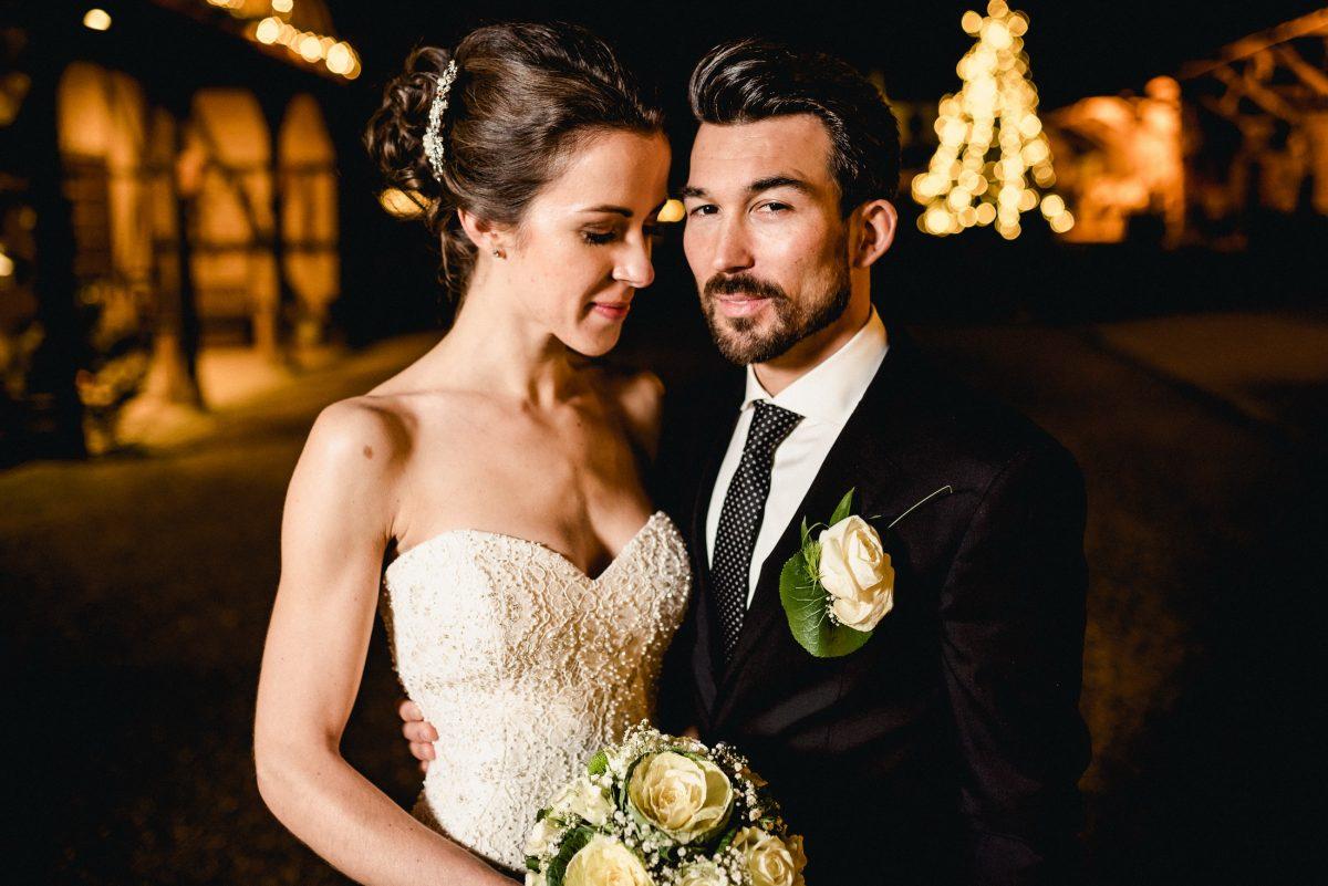 Braut Bräutigam Liebe Shooting Abend dunkel Blumenstrauß Lichterketten