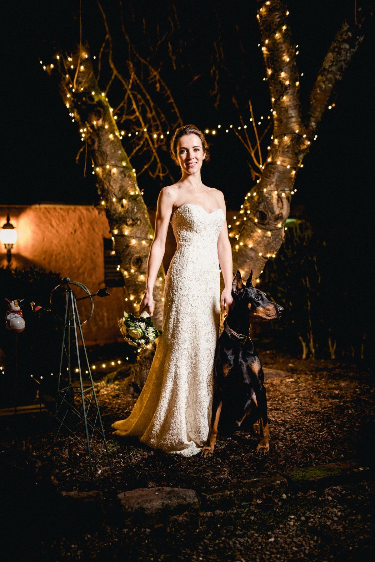 Shooting Dobermann Hund Mogli Braut dunkel Lichterketten Kleid Blumenstrauß