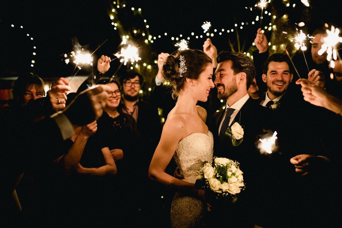 Gäste Feiern Liebe Wunderkerzen Lichterketten Ehepaar Kuss Freude Spaß