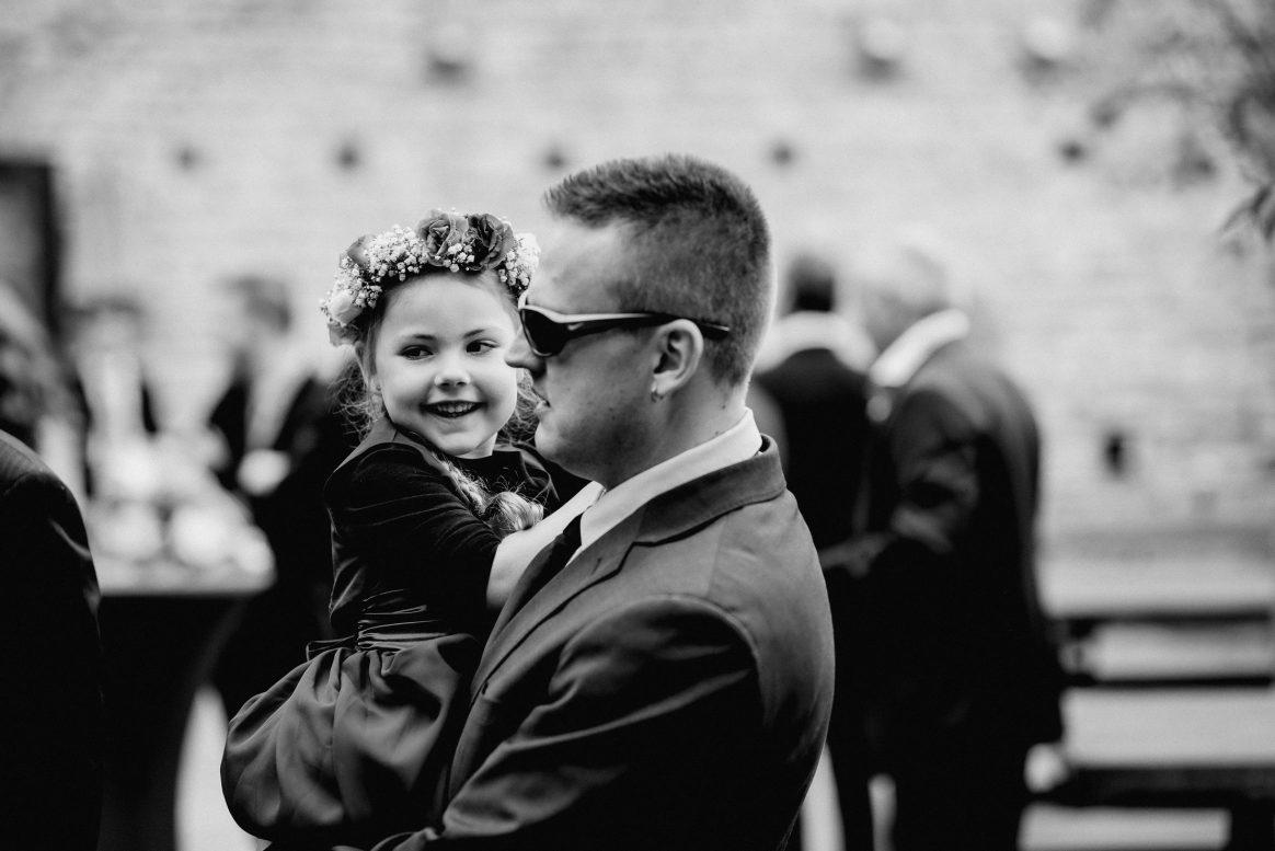 Mädchen Papa Mann Sonnenbrille Blumenkranz Haare Lachen Vater Tochter