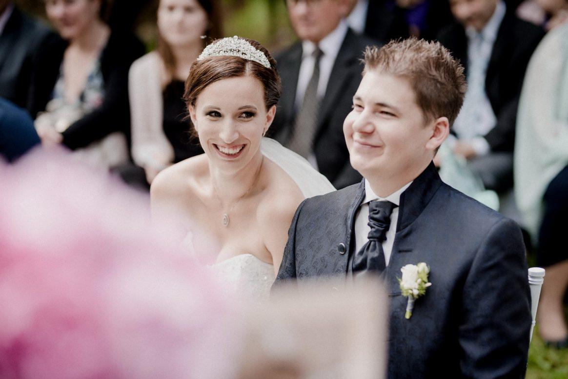 Ehepaar Hochzeit Rose Anzug Lachen Harmonie Schleier Diadem Haarschmuck