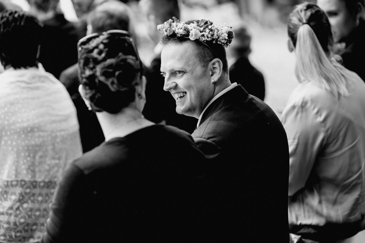 Lacher Witz Spaß Blumenkranz Mann Frau Gäste Hochzeit
