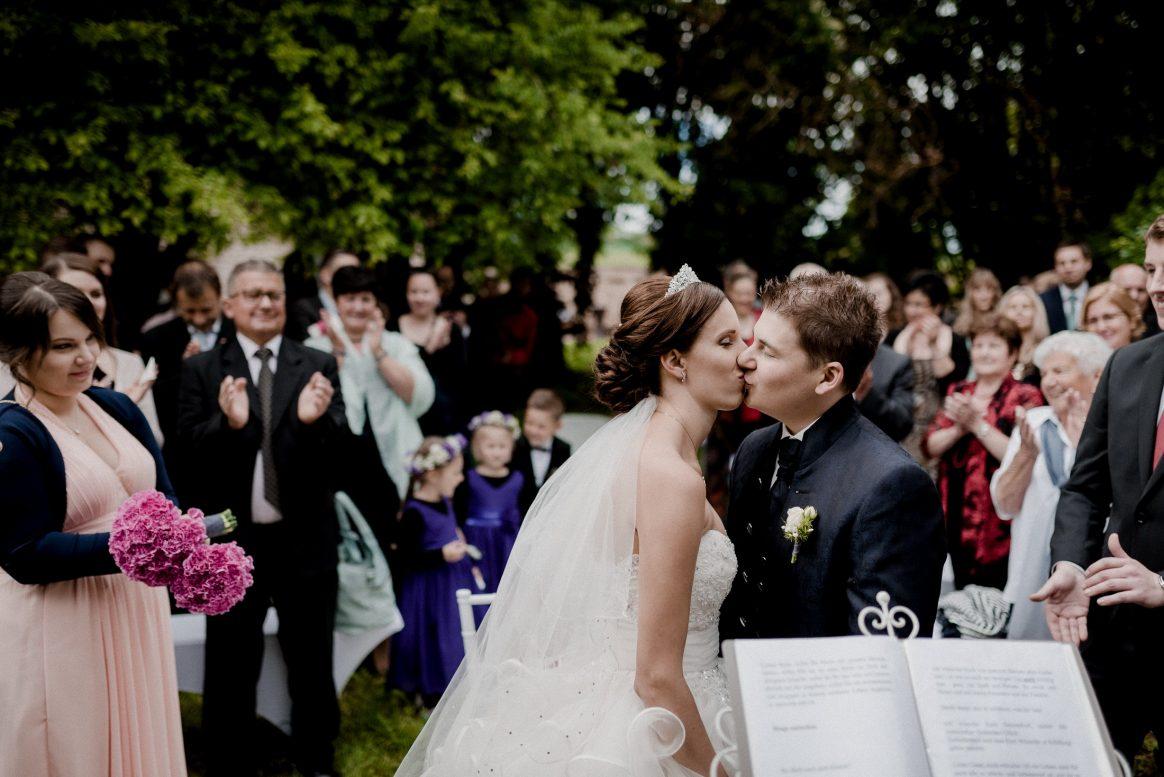 Kuss Hochzeit Höhepunkt Kleid Anzug Gäste Liebe Applaus Eheleute