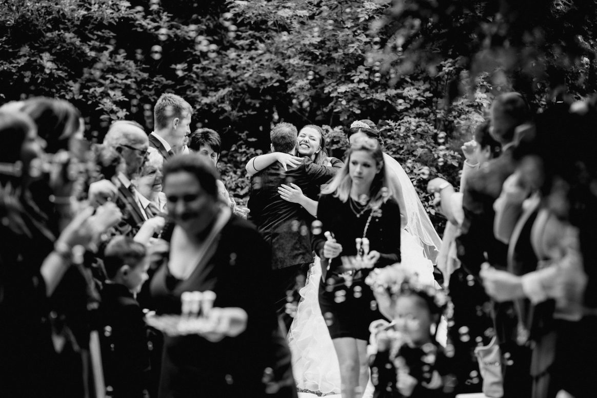Umarmung Liebe Gäste Alkohol Sekt Natur Schleier Heirat Kinder Seifenblasen