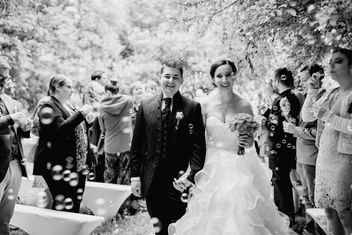 Händchen Liebe Paar Seifenbalsen Glück Freude Brautstrauß Ehe Familie