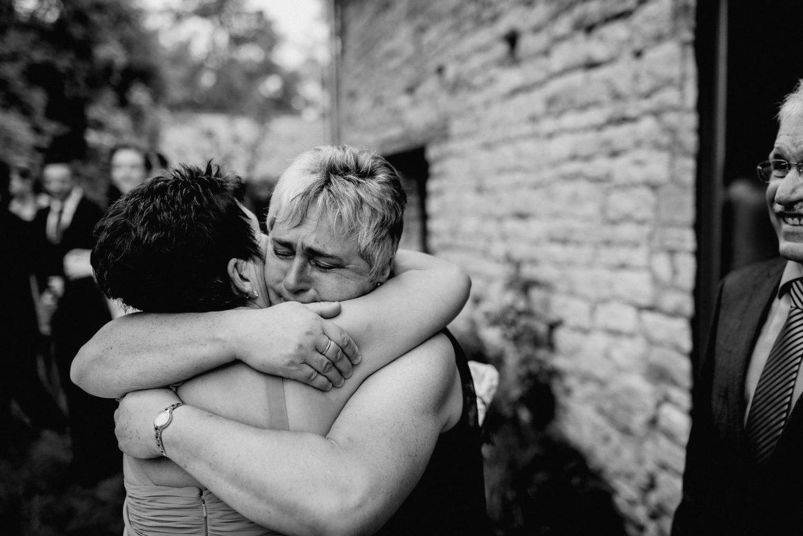 Tränen weinen Freudentränen Mamas Umarmung Harmonie Hochzeit