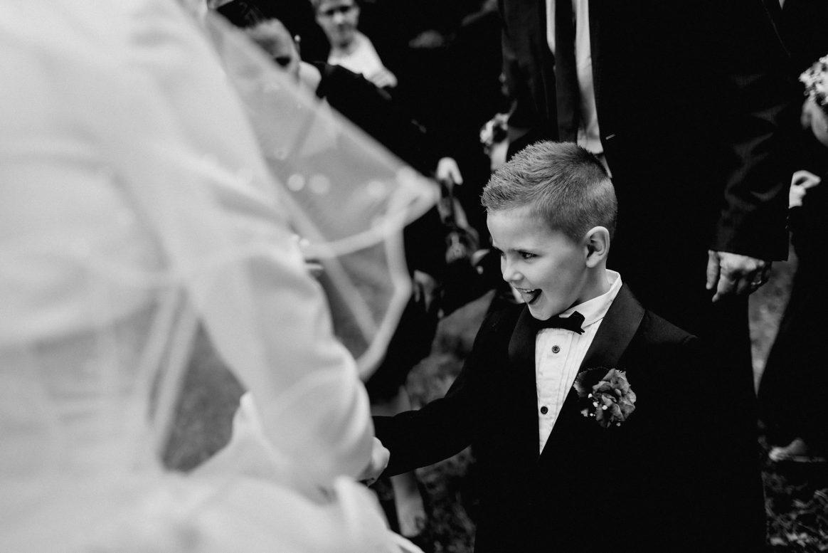 Kind Zunge frech Anzug Blumen Schleier Brautkleid Junge fröhlich Spaß