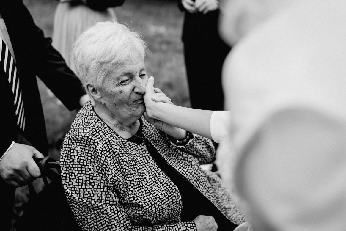 Oma Älter Freude Glück Zärtlichkeit Beglückwünschung Rollstuhl Stolz