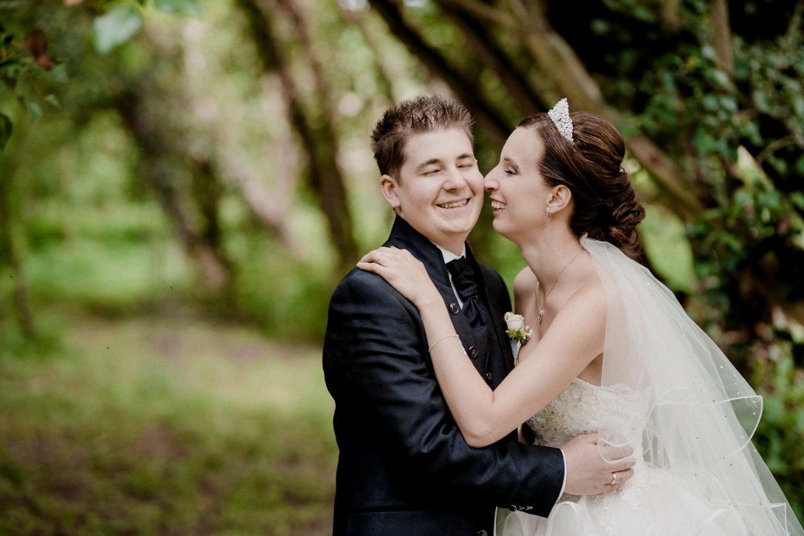 Ehepaar Lachen Bräutigam Stolz Glück Braut Umarmung Zärtlichkeit Freude
