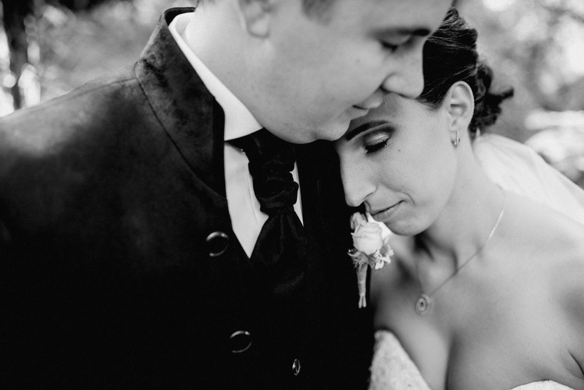 Shooting Hochzeit Ehe Braut Bräutigam Zärtlichkeit schwarz weiß Liebe