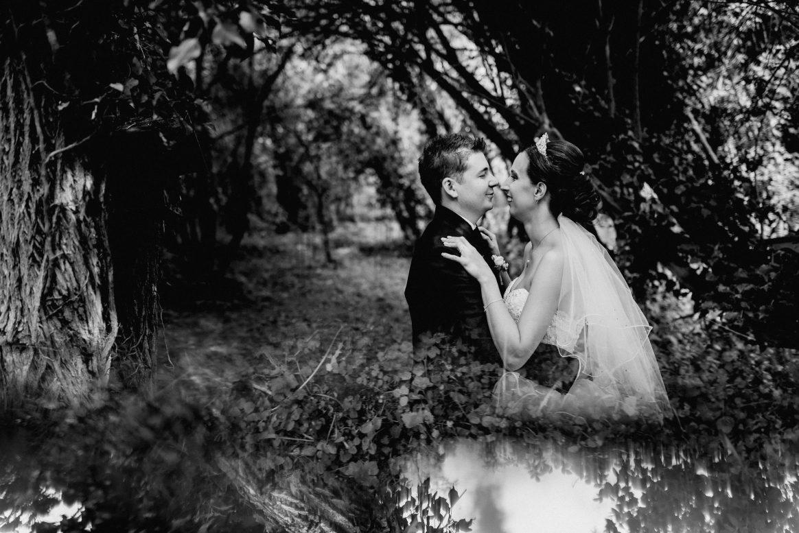 Ehepaar Shooting Wald Natur Wasser Spiegelung schwarz weiß Umarmung