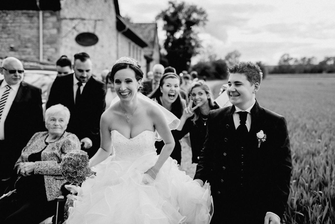 Braut Bräutigam Gäste Kleid Anzug Lachen Spaß Peace Feld Rollstuhl Generationen