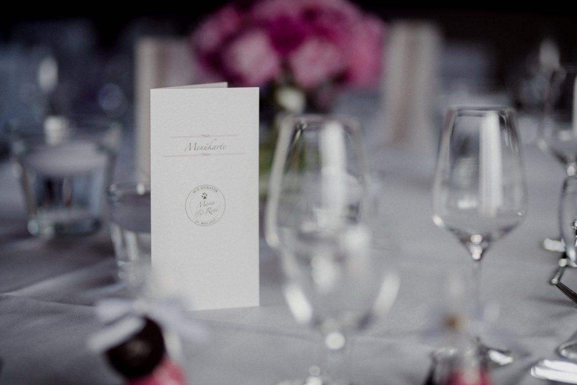 Tischdekoration Weingläser Sektgläser Glas Speisekarte Blumen pink