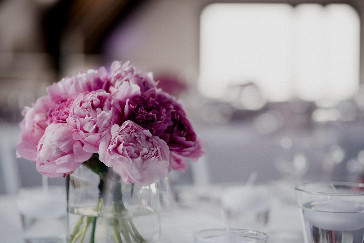 Blumenstrauß Pink Rosa Vase Gläser Kerze Tischdekoration Feier Menü